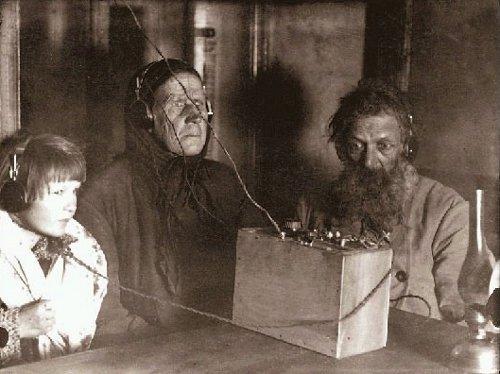Люди впервые слушают радио