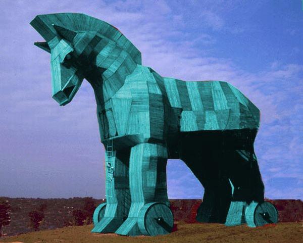 Гот синей деревянной лошади